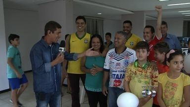 Família de Wendell Lira espera ansiosa pelo resultado do Prêmio Puskás - Atacante goiano está na Suíça e espera vencer disputa com Messi e Florenzi.