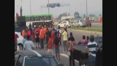 Protesto na Ponte Rio Negro termina em confusão - Estaleiros e policiais entraram em confronto na manhã desta segunda-feira (11).