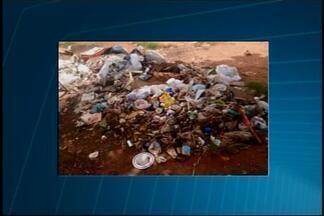 VC no MGTV: Telespectadores registram depósito de lixo irregular em rua de Araxá - Moradores da Rua Antenor Silva Soares contam que lote é da prefeitura e fica próximo a supermercado, onde funcionários jogam lixo no local. Prefeitura informou que fará a limpeza do lote ainda nesta semana.