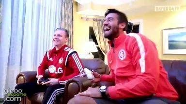 Alisson joga videogame com goleiro do Bayer Leverkusen - Assista ao vídeo.