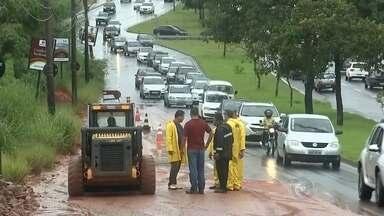 Avenida de Bauru é interditada após chuva - A chuva levou muita lama pra avenida Nações Unidas, em Bauru, causando dois acidentes, por isso ela foi interditada.