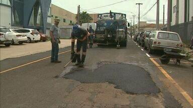 Motoristas usam aplicativo para pedir o consertos de buracos nas ruas em Franca, SP - Canal de comunicação com a Prefeitura de Franca funciona pelo número 99973-0351.