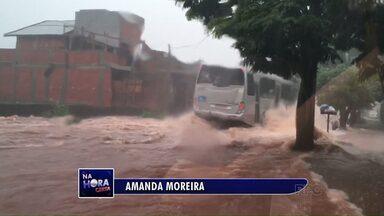 """Telespectadores flagram ruas alagadas durante a chuva em Maringá - Vídeos foram enviados pelo canal de interatividade """"Na Hora Certa"""""""