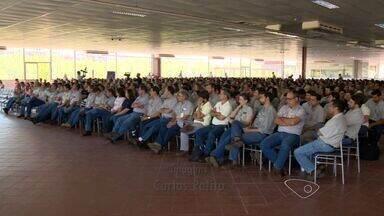 Samarco faz reunião com funcionários em Anchieta, ES - A mineradora apresentou propostas pra garantir os empregos pelo menos por mais alguns meses.