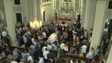 Corpo do ex-deputado Afrísio de Souza Vieira Lima é enterrado em Salvador - Sepultamento reuniu centenas de políticos e admiradores.