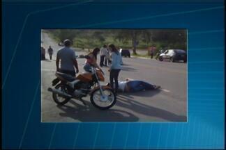 Idosa é atropelada por moto na AMG-345 entre Divinópolis e Carmo do Cajuru - De acordo com bombeiros, vítima atravessava rodovia e no momento do atropelamento. Idosa e motociclista tiveram ferimentos leves e forma levados para UPA.