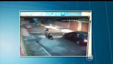 Vídeo mostra casal tendo seu carro levado de assaltado por dupla na porta de casa - Vídeo mostra casal sendo assaltado por dupla na porta de casa