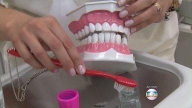 Flúor em excesso pode prejudicar a saúde dos dentes - Presente na pasta dental usada pelos consumidores, o produto previne doenças, mas deve ser usado com acompanhamento de um dentista e não pode ser aplicado nos dentes em excesso.