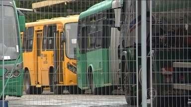 Motoristas e cobradores de ônibus entram em greve em Curitiba - Mais da metade das linhas estão paradas. Os trabalhadores dizem que não receberam os salários de dezembro e que só encerrarão a greve quando o pagamento foi feito.
