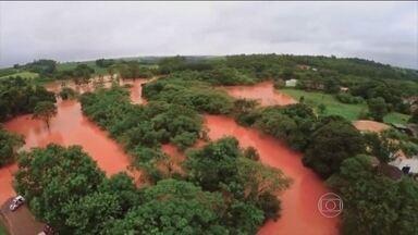 Chuva castiga região de Bauru (SP) - Na cidade de Maracaí, choveu nas últimas 24 horas o que era esperado para todo o mês de janeiro. O temporal fez o nível do Rio Capivara, que corta a cidade, transbordar e inundar várias casas.