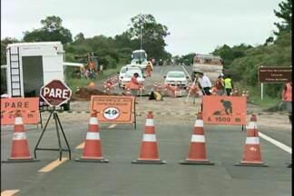 BR 158 continua interditada, mas desvio está liberado - Trânsito de veículos pelo desvio construído ao lado da cratera foi liberado no fim de semana.