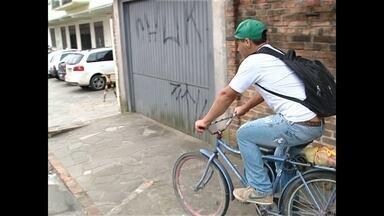 Preço da gasolina beira os quatro reais e exige criatividade para economizar - Quem usava o carro tem optado por bicicleta, moto ou caronas.