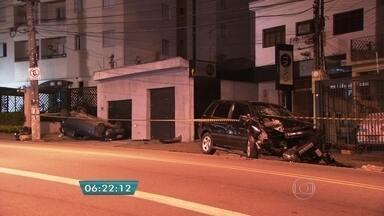 Quatro pessoas ficam feridas em perseguição policial na Zona Leste da capital - Os bandidos tinham roubado uma caminhonete adaptada para deficientes. Na fuga, bateram em outro veículo. O impacto foi tão forte que os carros ficaram destruídos. O acidente aconteceu na Vila Formosa. Os quatro bandidos foram detidos.