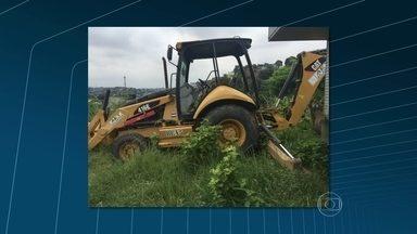 Polícia recupera 70 carros roubados e duas retroescavadeiras no Complexo do Chapadão - Segundo as investigações, as duas máquinas seriam usadas para roubar caixas eletrônicos. Em menos de 24 horas, três caixas foram roubados na região metropolitana.