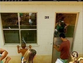 Vítimas da tragédia de 2011 na Serra invadem casas populares com obras paradas - Residências estavam fechadas.