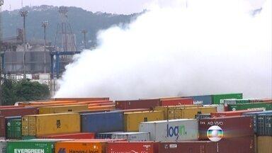 Bombeiros ainda fogo em mais de 20 contêineres no Porto de Santos - Por causa do vento, a névoa continua se dissipando no Porto de Santos. O bairro Vicente de Carvalho foi o que mais sentiu os efeitos do vazamento.