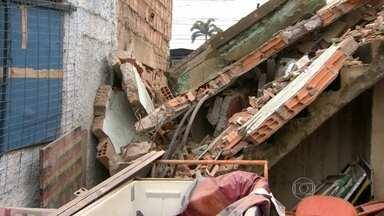 Construção irregular na beira da linha férrea desaba em Madureira - O prédio já tinha sido interditado pela Defesa Civil mas ambulantes continuavam usando o local pra guardar material de trabalho.