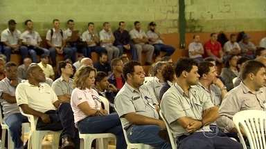 Funcionários se reúnem com Samarco para discutir suspensão temporária de trabalho - O acordo lay-off, que suspende temporariamente o contrato de trabalho de parte dos empregados, é permitido pela lei em casos de empresas em dificuldades financeiras.