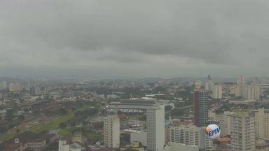 Previsão é de chuva e máxima de 26° nesta sexta-feira (15) em Campinas - O tempo continua abafado na região de Campinas, com condição de chuva volumosa na cidade e em Piracicaba nesta sexta-feira (15). O fim de semana é de chuva em toda a região.