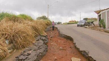 Moradores reclamam de buraco em rua do bairro Carvalhos, em Varginha (MG) - Moradores reclamam de buraco em rua do bairro Carvalhos, em Varginha (MG)
