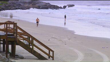 Eu Atleta Verão dá dicas para você tirar as suas férias e correr na praia - Não dá para se acomodar nas férias, né? Mas é melhor correr no calçadão, na areia ou em trilhas mais afastadas?