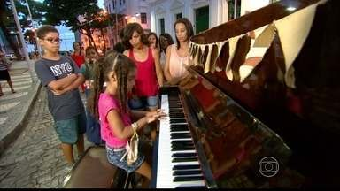 Projeto Pianos para a Vida inspira pessoas a se aproximarem do instrumento - Piano parou na Praça do Arsenal na quinta-feira (14)
