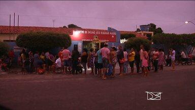 Em Alto Alegre do Maranhão, pais passam madrugada em fila para conseguir vagas para filhos - Escola é a única instituição pública de ensino da cidade.