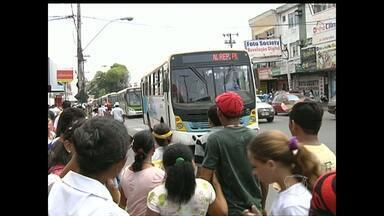 Usuários de ônibus reclamam de despreparo dos motoristas - Segundo usuários, há casos em que motoristas colocam em risco a vida das pessoas que utilizam transporte público.