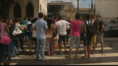 Filas na Central de Atendimento ao Eleitor de João Pessoa - Os eleitores protestaram fechando a rua na frente da Central de Atendimento ao Eleitor , no centro de João Pessoa.