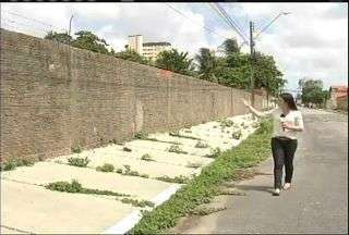 Terrenos baldios e imóveis fechados são focos de dengue também em Fortaleza - Confira a reportagem de Wânyffer Monteiro.