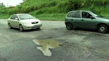 Chuva dos últimos dias faz reaparecer buracos na BR-393 em Barra Mansa, RJ - Por dia, passam pela rodovia em média 8,5 mil veículos, sendo 60% caminhões; motorista precisa ficar atento.