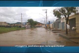 Chuva provoca alagamentos em alguns pontos em Montes Claros - Motorista flagrou o momento em que a Rua Professor Monteiro Fonseca ficou alagada.