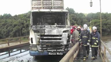 Caminhão incendidado bloqueia Rodovia do Papel - A policia investiga o motivo do crime