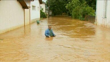 Chuva provoca estragos em cidades do interior paulista e de Minas Gerais - Muitas famílias tiveram que sair de casa por causa da cheia dos rios. Rodovia que liga o sul de Minas ao Rio de Janeiro está interditada.