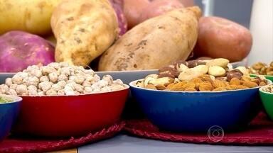 Alimentos ricos em triptofano ajudam a dormir melhor - A nutricionista Lara Natacci ensina que o jantar deve ter todos os grupos de alimentos, mas com quantidades reduzidas. Sanduíches, vitaminas e sopas podem substituir a última refeição do dia.