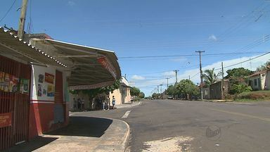 Briga em bar termina com dois mortos em Jaboticabal, SP - Aposentado esfaqueou dois homens e foi espancado pela população. A casa do suspeito também foi incendiada.