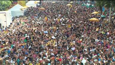 Bloco Garibaldis e Sacis reúne mais de 30 mil pessoas em Curitiba - Grito de carnaval teve a participação especial do grupo carioca Monobloco e lotou a avenida Marechal Deodoro, no domingo (17).