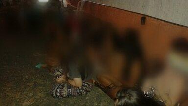 PM flagra adolescentes e uma criança com drogas em boate de Rio Preto - Uma operação da Policia Militar, realizada no início da noite de domingo (17), apreendeu 51 adolescentes que foram encontrados consumindo drogas e bebidas alcoólicas no interior de uma boate, que fica no jardim Paraíso, em São José do Rio Preto (SP).
