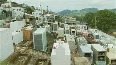 Chuva derruba barranco e faz com que cemitério caia sobre casas em Maria da Fé (MG) - Chuva derruba barranco e faz com que cemitério caia sobre casas em Maria da Fé (MG)