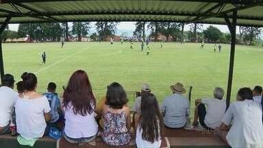 Londrina treina, com torcida, na zona rural - O torcedor aproveitou para matar saudades do Tubarão, que se prepara para o início do Campeonato Paranaense.
