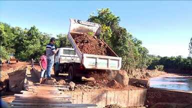 Fim de semana de reconstrução em pontes e estradas destruídas pelo temporal - Os funcionários da prefeitura de Londrina passaram o fim de semana trabalhando. E a prefeitura abriu linha de crédito especial para ajudar microempreendedores que tiveram prejuízos com o temporal.