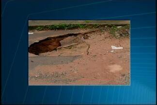 VC no MGTV: Telespectadora registra estragos causados pela chuva em bairro de Divinópolis - Segundo moradora, com a chuva rua fica repleta de barro, além dos buracos. Prefeitura informou que fará uma vistoria no local.