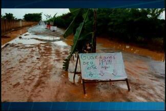Moradores de Guarda dos Ferreiros, em Rio Paranaíba, protestam por melhorias no distrito - Local está repleto de buracos. Prefeitura afirmou que projeto de recapeamento já está pronto e obra deve ser iniciada após as chuvas.