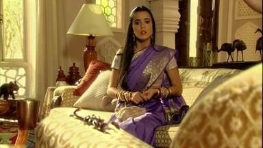 Kochi e Rani brigam por causa de escorpião - A nora defende o animal e não deixa a sogra matá-lo
