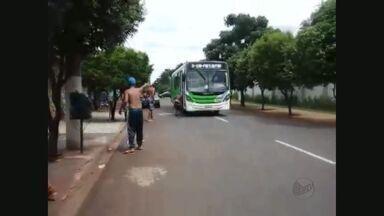 Grupo ateia fogo a ônibus urbano em Ribeirão Preto - Suspeitos obrigaram passageiros e motorista a descerem do coletivo e, após o ato de vandalismo, fugiram sem ser identificados.
