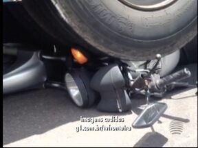 Moto vai parar embaixo de ônibus em Presidente Prudente - Homem, de 38 anos, ficou ferido no acidente e foi socorrido pelo Corpo de Bombeiros.