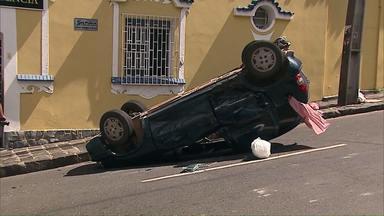 Motorista capota o carro no centro de Ponta Grossa e polícia faz apreensões pelo Estado - 55 aves eram mantidas em cativeira para serem vendidas ilegalmente