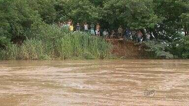 Cheia do Rio Mogi-Guaçu alaga ranchos na zona rural em Barrinha, SP - Moradores comemoram aumento da vazão após chuvas na última semana.