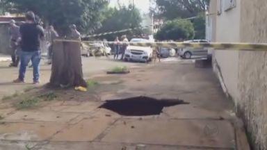 Mulher que caiu em buraco em calçada permanece internada em Ribeirão Preto - Acidente ocorreu na manhã de segunda-feira (18) na Rua Clemente Ferreira no Jardim São Luiz.