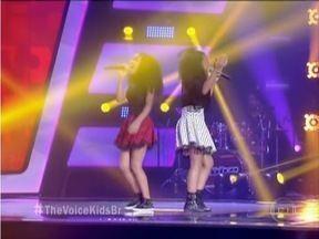 """Dupla de Fabriciano ganha vaga no time de Victor e Léo no The Voice Kids - Meninas interpretaram a canção """"Seio de Minas"""", de Paula Fernandes."""